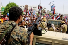 >Yemeni separatists quit some Aden posts; Houthis attack Saudi oil plant