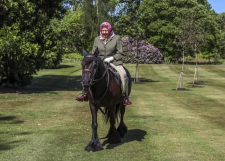 >Queen Elizabeth maakt ritje op pony in Windsor Castle