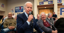 >Biden and Sanders Trade Attacks Over Honesty and Social Security